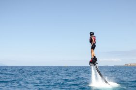 Fille de flyboard de sports nautiques